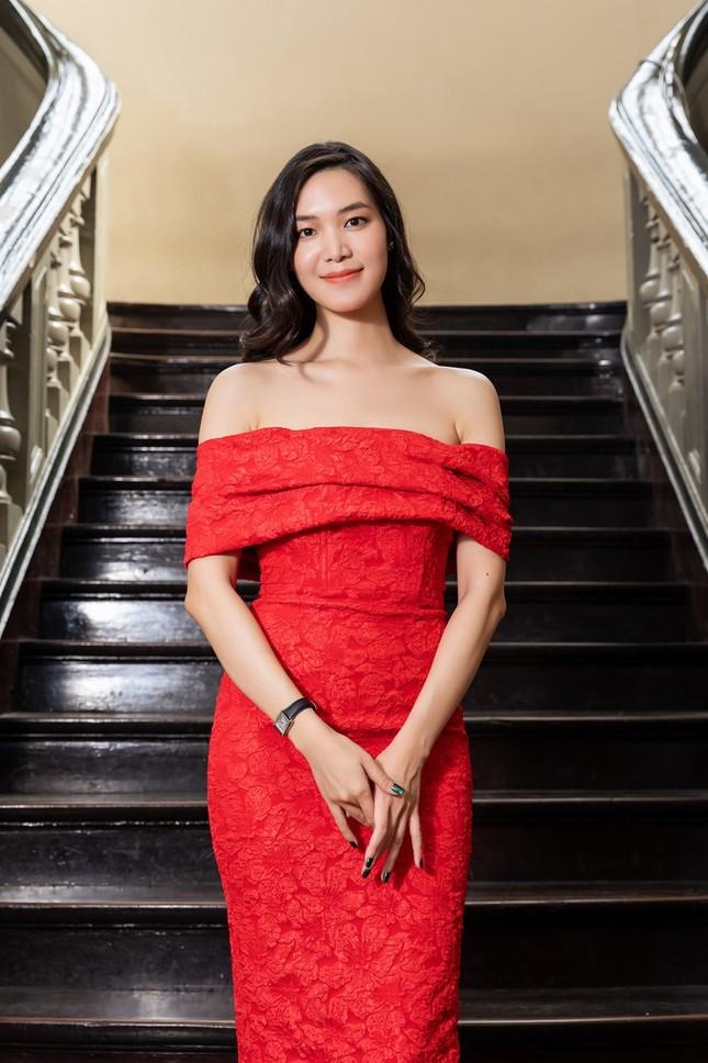 Hoa hậu Đỗ Thị Hà, Tiểu Vy khoe vai trần trong show thời trang với dress code đỏ rực ảnh 3