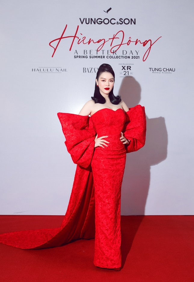 Hoa hậu Đỗ Thị Hà, Tiểu Vy khoe vai trần trong show thời trang với dress code đỏ rực ảnh 11