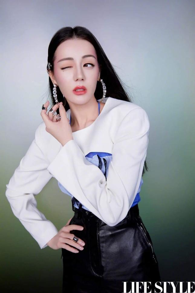 """Địch Lệ Nhiệt Ba khoe lưng trần trên tạp chí LIFESTYLE, fan xuýt xoa """"đúng là cực phẩm"""" ảnh 10"""