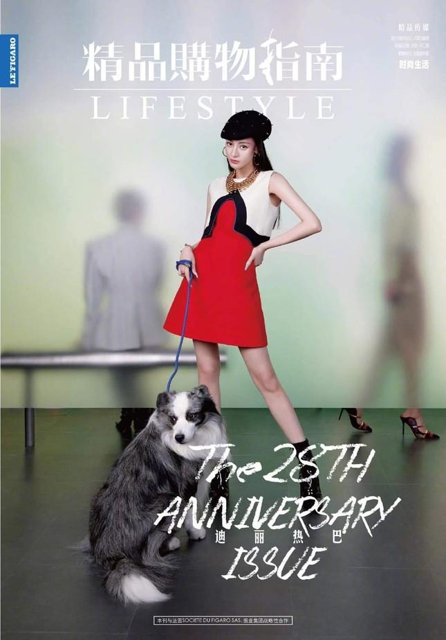 """Địch Lệ Nhiệt Ba khoe lưng trần trên tạp chí LIFESTYLE, fan xuýt xoa """"đúng là cực phẩm"""" ảnh 1"""