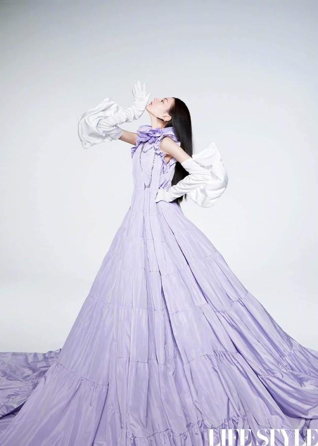 """Địch Lệ Nhiệt Ba khoe lưng trần trên tạp chí LIFESTYLE, fan xuýt xoa """"đúng là cực phẩm"""" ảnh 6"""