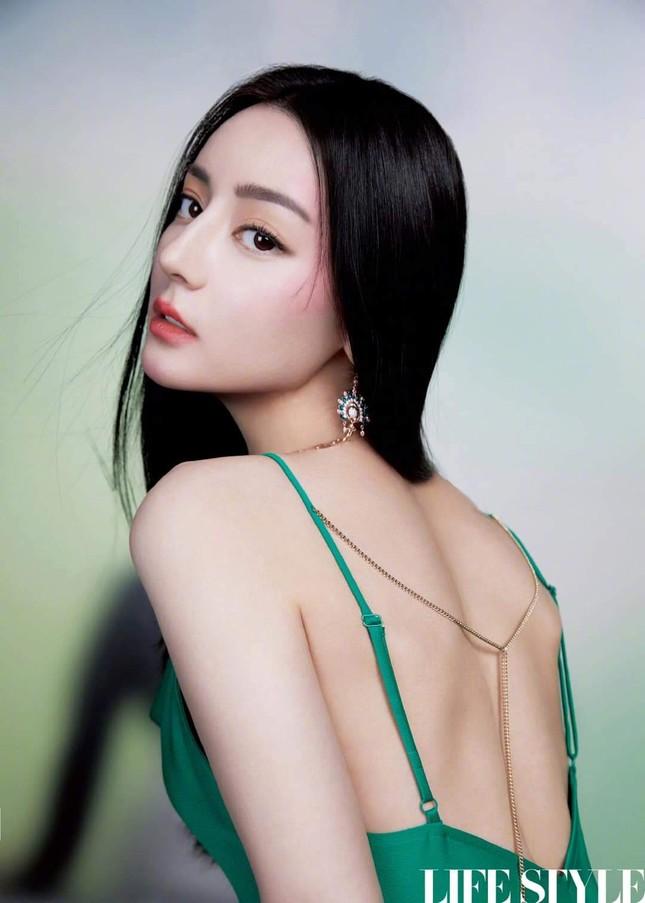 """Địch Lệ Nhiệt Ba khoe lưng trần trên tạp chí LIFESTYLE, fan xuýt xoa """"đúng là cực phẩm"""" ảnh 5"""