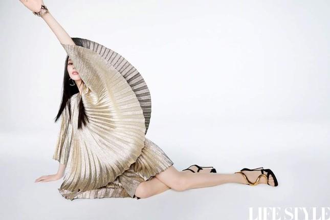 """Địch Lệ Nhiệt Ba khoe lưng trần trên tạp chí LIFESTYLE, fan xuýt xoa """"đúng là cực phẩm"""" ảnh 3"""