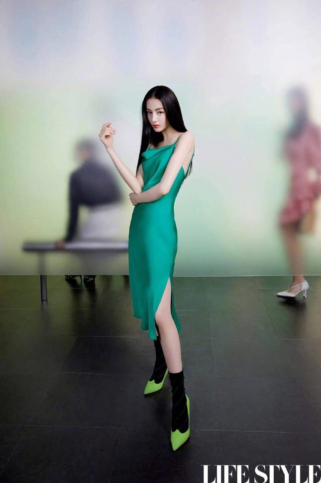 """Địch Lệ Nhiệt Ba khoe lưng trần trên tạp chí LIFESTYLE, fan xuýt xoa """"đúng là cực phẩm"""" ảnh 4"""