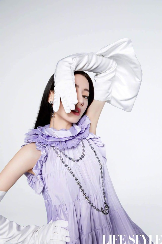 """Địch Lệ Nhiệt Ba khoe lưng trần trên tạp chí LIFESTYLE, fan xuýt xoa """"đúng là cực phẩm"""" ảnh 7"""