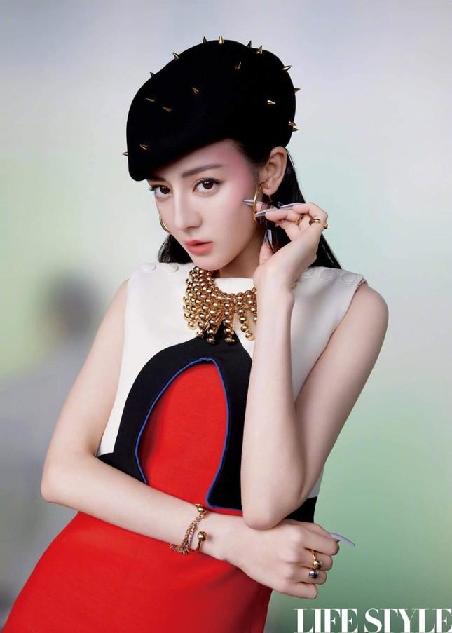 """Địch Lệ Nhiệt Ba khoe lưng trần trên tạp chí LIFESTYLE, fan xuýt xoa """"đúng là cực phẩm"""" ảnh 2"""