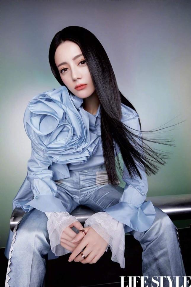 """Địch Lệ Nhiệt Ba khoe lưng trần trên tạp chí LIFESTYLE, fan xuýt xoa """"đúng là cực phẩm"""" ảnh 8"""