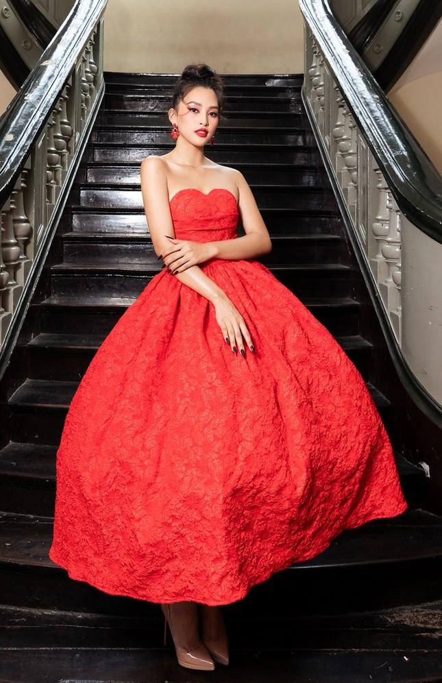 Hoa hậu Đỗ Thị Hà, Tiểu Vy khoe vai trần trong show thời trang với dress code đỏ rực ảnh 2