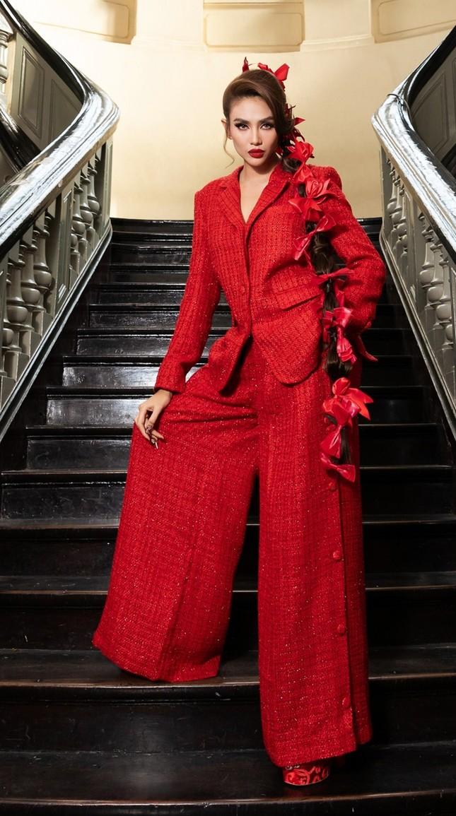 Hoa hậu Đỗ Thị Hà, Tiểu Vy khoe vai trần trong show thời trang với dress code đỏ rực ảnh 10