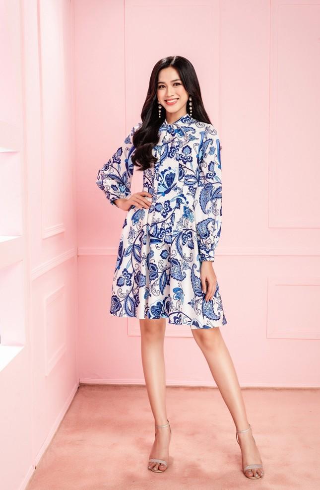 Học Hoa hậu Đỗ Thị Hà và hai nàng Á hậu cách chọn trang phục xinh tươi mùa Lễ Tết ảnh 1