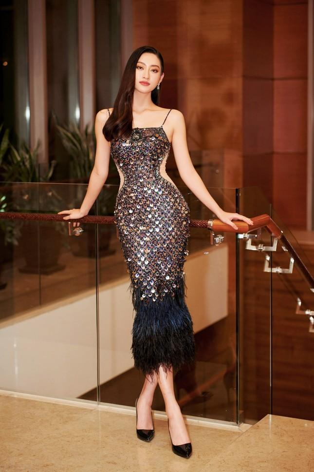 Hoa hậu Đỗ Thị Hà và Lương Thùy Linh chọn váy màu sắc đối lập, khoe khéo body cực phẩm ảnh 2