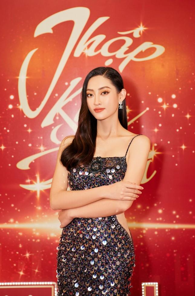 Hoa hậu Đỗ Thị Hà và Lương Thùy Linh chọn váy màu sắc đối lập, khoe khéo body cực phẩm ảnh 3