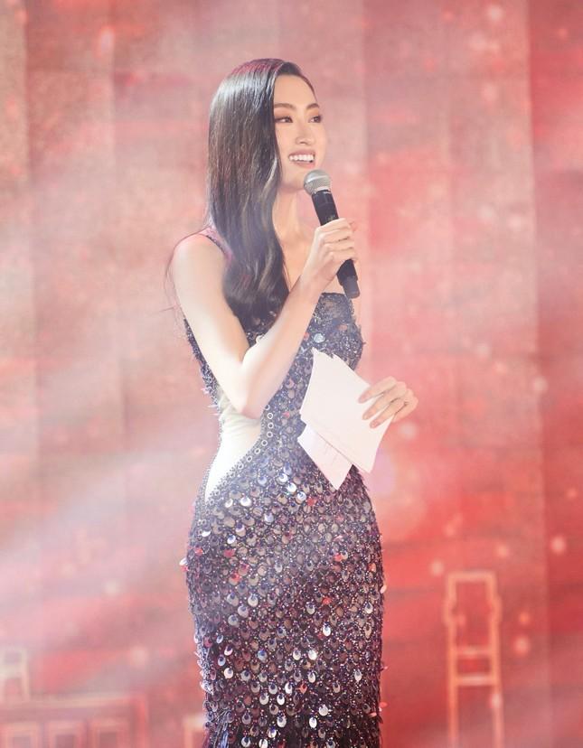 Hoa hậu Đỗ Thị Hà và Lương Thùy Linh chọn váy màu sắc đối lập, khoe khéo body cực phẩm ảnh 1