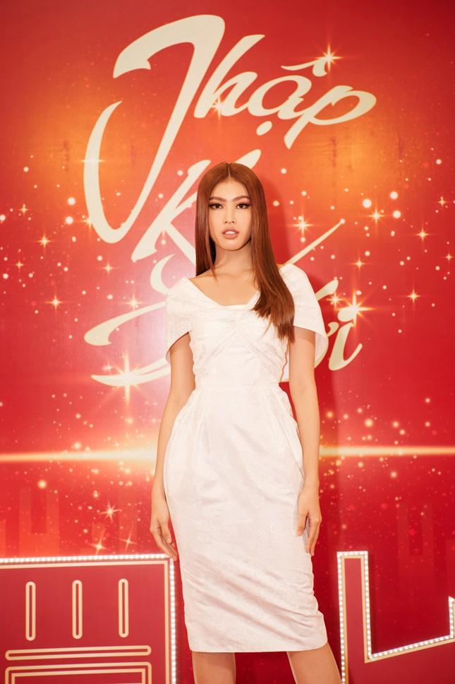Hoa hậu Đỗ Thị Hà và Lương Thùy Linh chọn váy màu sắc đối lập, khoe khéo body cực phẩm ảnh 7