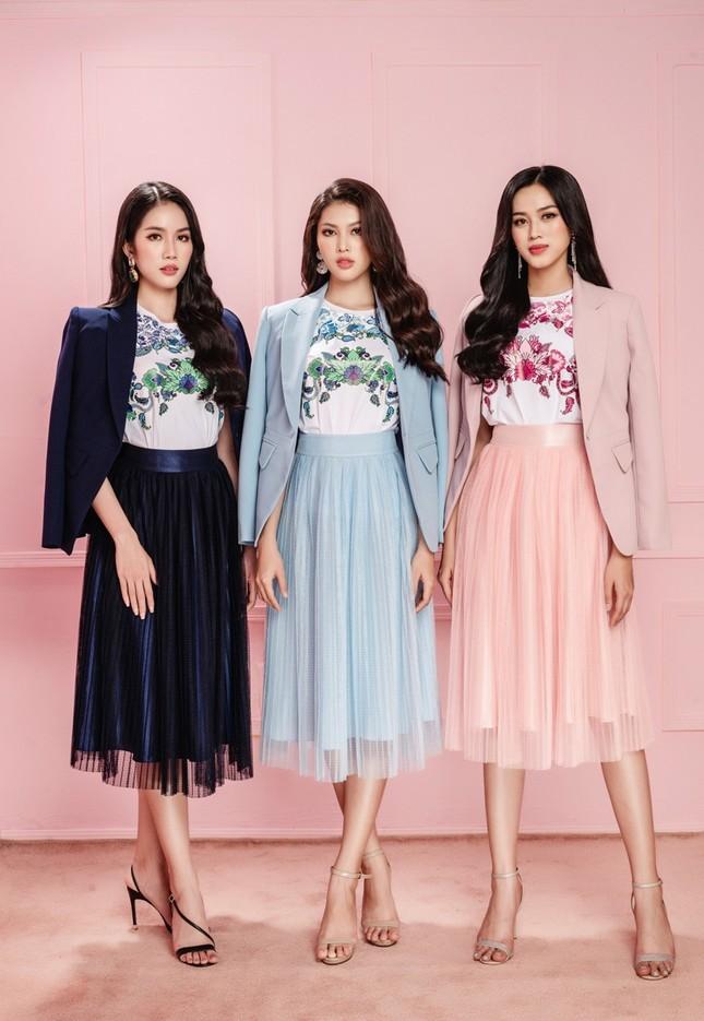 Học Hoa hậu Đỗ Thị Hà và hai nàng Á hậu cách chọn trang phục xinh tươi mùa Lễ Tết ảnh 8