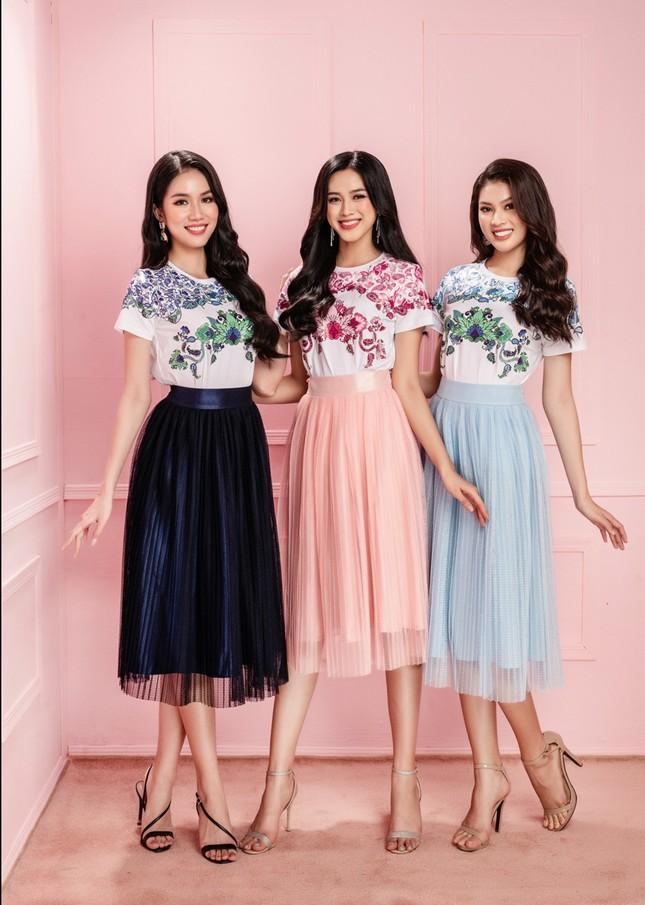 Học Hoa hậu Đỗ Thị Hà và hai nàng Á hậu cách chọn trang phục xinh tươi mùa Lễ Tết ảnh 7