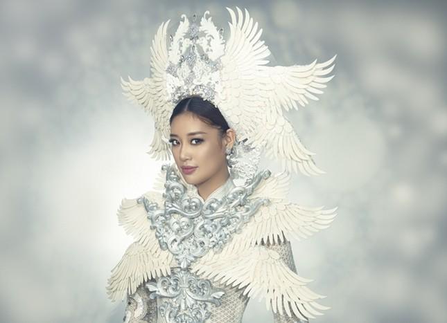 Hoa hậu Khánh Vân đẹp như công chúa bước ra từ truyện cổ tích trong bộ ảnh áo dài ảnh 1