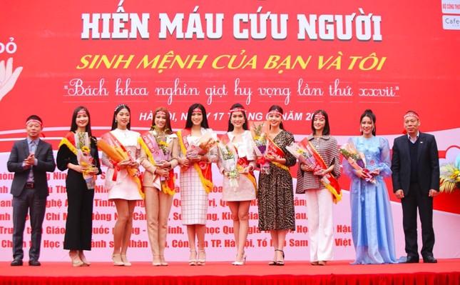 Hoa hậu Đỗ Thị Hà cùng hai Á hậu lan tỏa thông điệp nhân văn của ngày Chủ Nhật Đỏ ảnh 1
