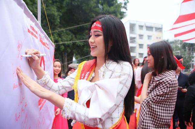 Hoa hậu Đỗ Thị Hà cùng hai Á hậu lan tỏa thông điệp nhân văn của ngày Chủ Nhật Đỏ ảnh 7