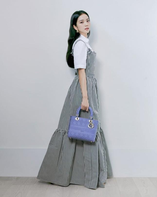 Lại đụng đồ Dior với Jisoo (BLACKPINK), Triệu Lệ Dĩnh tiếp tục bị chê lộ nhược điểm ảnh 2