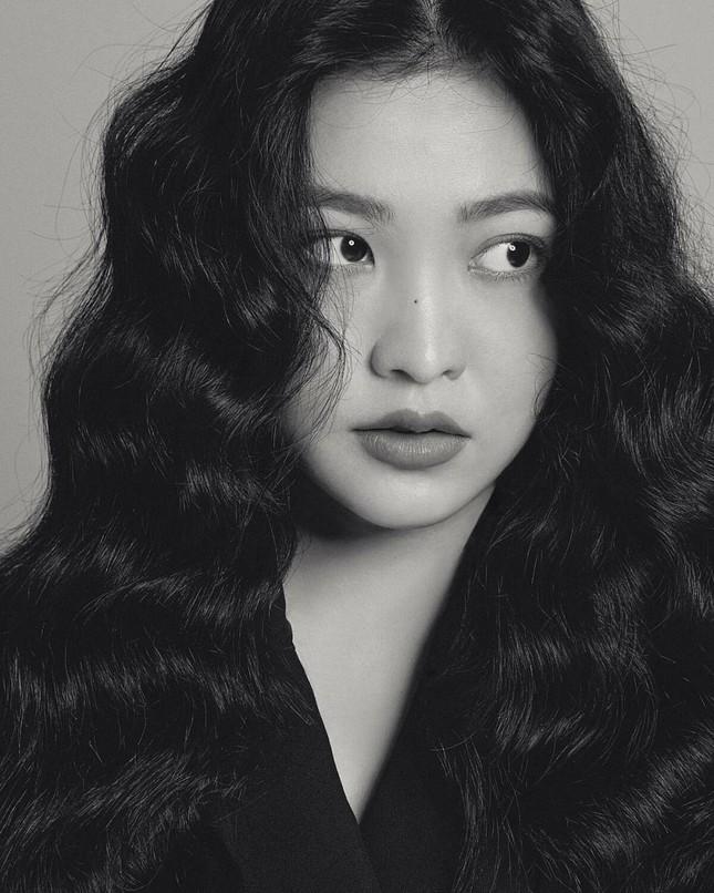 Hoá ra idol hợp với tóc xoăn dài nhất K-Pop không phải là Jisoo (BLACKPINK) hay Irene (Red Velvet) ảnh 3