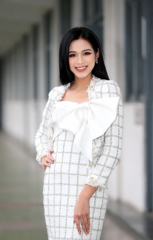 Soi trang phục Hoa hậu Đỗ Thị Hà trong các hoạt động nhân ái: Xinh đẹp nền nã, không có gì để chê ảnh 1