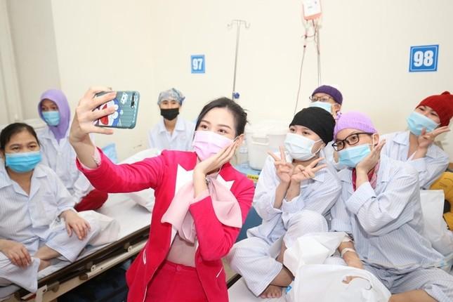 Soi trang phục Hoa hậu Đỗ Thị Hà trong các hoạt động nhân ái: Xinh đẹp nền nã, không có gì để chê ảnh 6