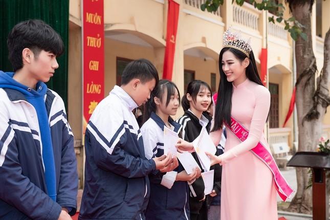 Soi trang phục Hoa hậu Đỗ Thị Hà trong các hoạt động nhân ái: Xinh đẹp nền nã, không có gì để chê ảnh 10