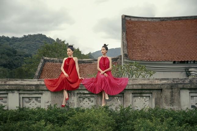 Hoa hậu Đỗ Mỹ Linh gợi ý chọn trang phục áo tứ thân cách điệu cho mùa Tết Tân Sửu ảnh 2