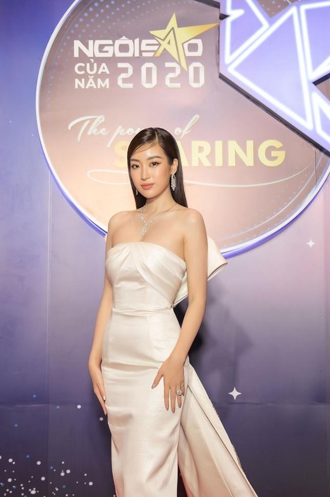 Hoa hậu Đỗ Mỹ Linh diện váy cúp ngực cực sâu, đọ sắc cùng Đỗ Thị Hà, Lương Thùy Linh trên thảm đỏ Ngôi sao ảnh 3