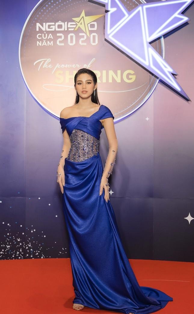 Hoa hậu Đỗ Mỹ Linh diện váy cúp ngực cực sâu, đọ sắc cùng Đỗ Thị Hà, Lương Thùy Linh trên thảm đỏ Ngôi sao ảnh 2