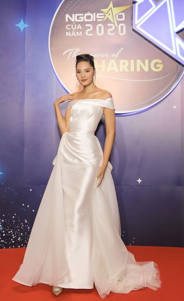 Hoa hậu Đỗ Mỹ Linh diện váy cúp ngực cực sâu, đọ sắc cùng Đỗ Thị Hà, Lương Thùy Linh trên thảm đỏ Ngôi sao ảnh 11