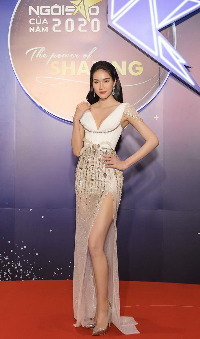 Hoa hậu Đỗ Mỹ Linh diện váy cúp ngực cực sâu, đọ sắc cùng Đỗ Thị Hà, Lương Thùy Linh trên thảm đỏ Ngôi sao ảnh 7