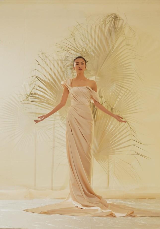 Tăng Thành Hà khiến netizen choáng ngợp với vẻ đẹp tựa nữ thần trong sách ảnh thời trang ảnh 1