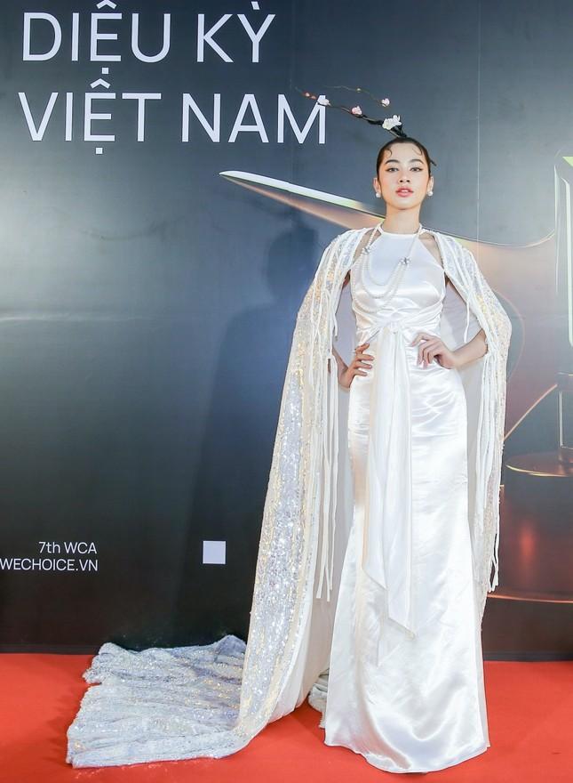 """Thảm đỏ WeChoice: Hoa hậu Đỗ Thị Hà cùng dàn hậu """"khủng"""" nhất V-Biz rủ nhau khoe vai trần ảnh 7"""
