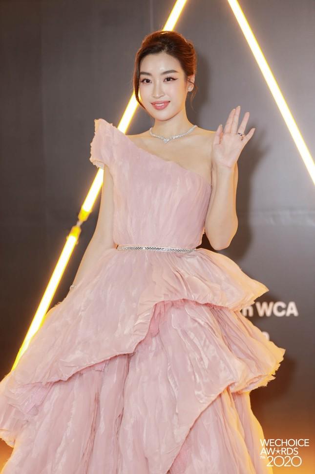 """Thảm đỏ WeChoice: Hoa hậu Đỗ Thị Hà cùng dàn hậu """"khủng"""" nhất V-Biz rủ nhau khoe vai trần ảnh 3"""
