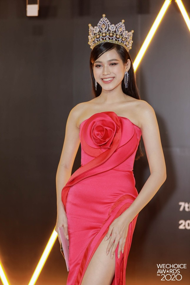 """Thảm đỏ WeChoice: Hoa hậu Đỗ Thị Hà cùng dàn hậu """"khủng"""" nhất V-Biz rủ nhau khoe vai trần ảnh 1"""