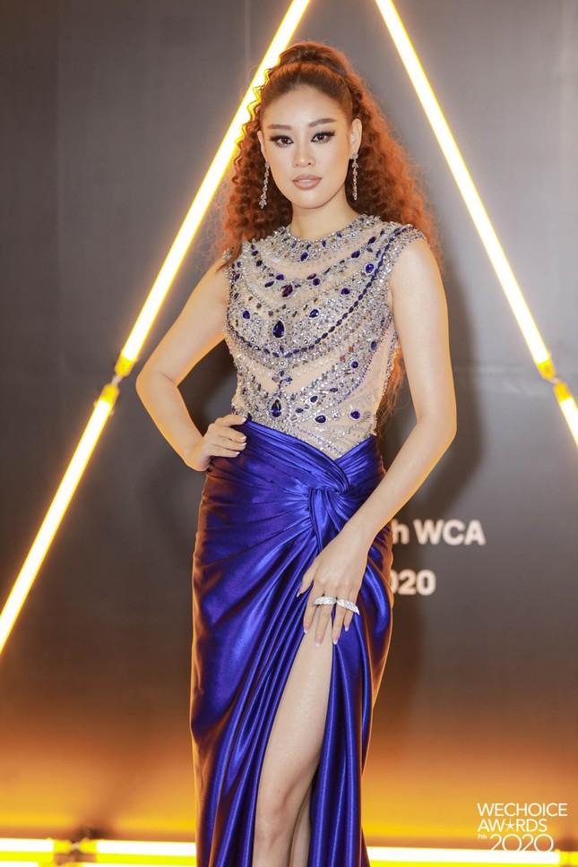 """Thảm đỏ WeChoice: Hoa hậu Đỗ Thị Hà cùng dàn hậu """"khủng"""" nhất V-Biz rủ nhau khoe vai trần ảnh 6"""