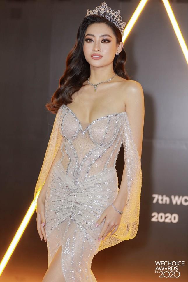 """Thảm đỏ WeChoice: Hoa hậu Đỗ Thị Hà cùng dàn hậu """"khủng"""" nhất V-Biz rủ nhau khoe vai trần ảnh 4"""