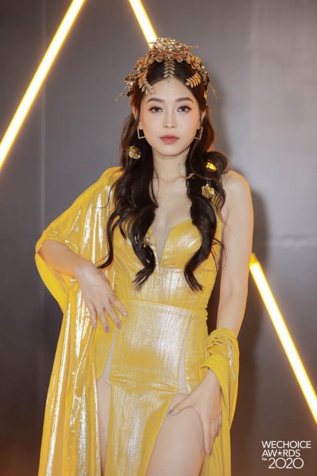 """Thảm đỏ WeChoice: Hoa hậu Đỗ Thị Hà cùng dàn hậu """"khủng"""" nhất V-Biz rủ nhau khoe vai trần ảnh 8"""