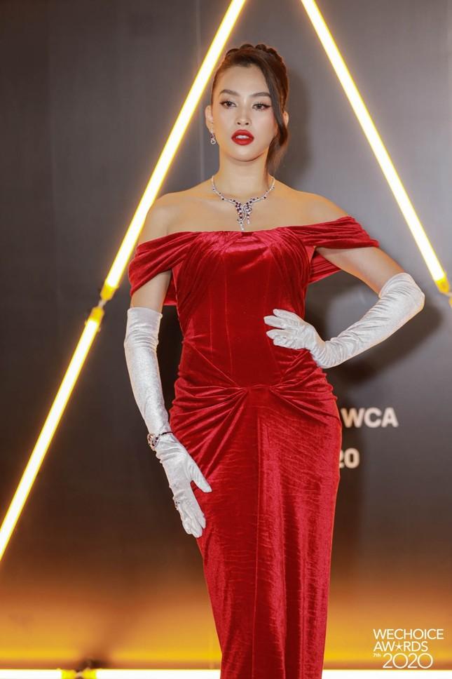 """Thảm đỏ WeChoice: Hoa hậu Đỗ Thị Hà cùng dàn hậu """"khủng"""" nhất V-Biz rủ nhau khoe vai trần ảnh 2"""