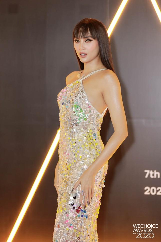 """Thảm đỏ WeChoice: Hoa hậu Đỗ Thị Hà cùng dàn hậu """"khủng"""" nhất V-Biz rủ nhau khoe vai trần ảnh 10"""