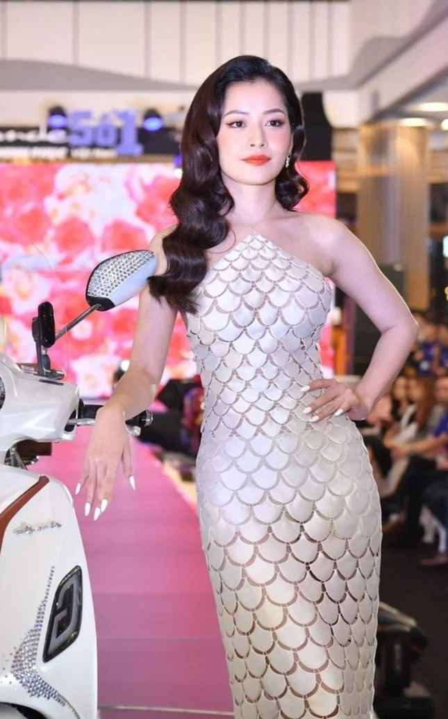 Những mẫu váy được mỹ nhân Việt đặc biệt yêu thích, đụng hàng bất chấp chiều cao tuổi tác ảnh 3