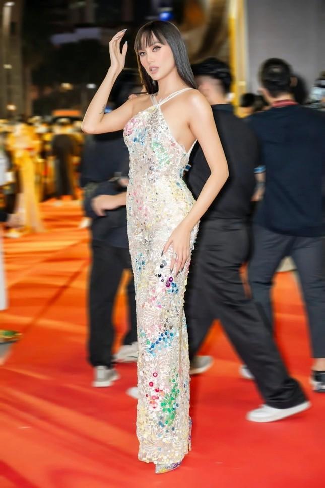 Những mẫu váy được mỹ nhân Việt đặc biệt yêu thích, đụng hàng bất chấp chiều cao tuổi tác ảnh 9
