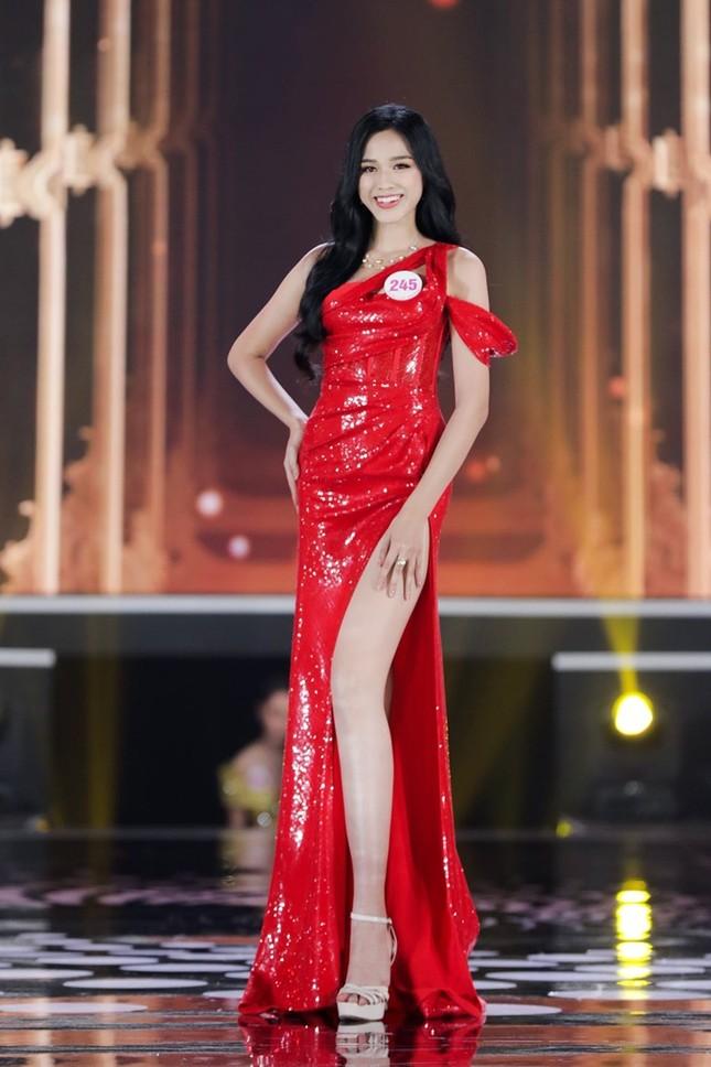 """Hoa hậu Đỗ Thị Hà """"mời mọi người ăn cam"""", nhưng ai cũng chú ý đến đôi chân 1m11 trứ danh của nàng hậu ảnh 3"""