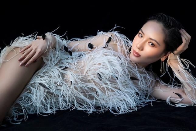 Ba mỹ nhân Việt cùng diện mẫu váy đính lông, vì sao Tăng Thanh Hà được khen nổi trội nhất? ảnh 2