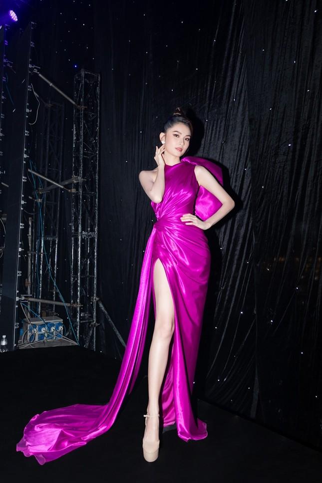 """Á hậu Thùy Dung xinh đẹp lộng lẫy trong vai trò MC chung kết """"Đại Sứ Hoàn Mỹ 2020"""" ảnh 6"""