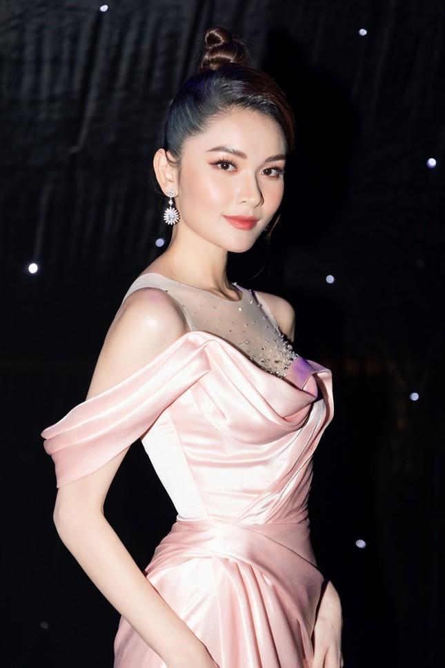 """Á hậu Thùy Dung xinh đẹp lộng lẫy trong vai trò MC chung kết """"Đại Sứ Hoàn Mỹ 2020"""" ảnh 5"""