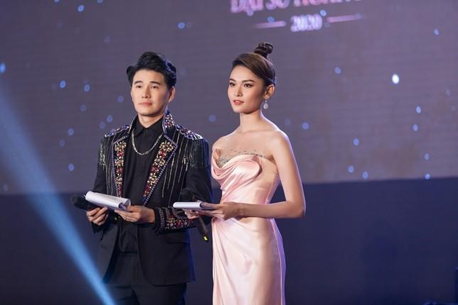 """Á hậu Thùy Dung xinh đẹp lộng lẫy trong vai trò MC chung kết """"Đại Sứ Hoàn Mỹ 2020"""" ảnh 4"""