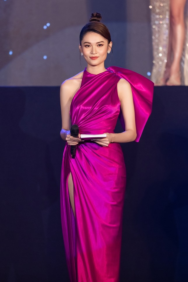"""Á hậu Thùy Dung xinh đẹp lộng lẫy trong vai trò MC chung kết """"Đại Sứ Hoàn Mỹ 2020"""" ảnh 2"""